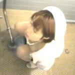 【ナーストイレ盗撮】パンスト下ろして下着も下ろして用も足したら指で弄ってピクピク!!