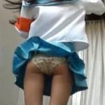 【コスプレイヤーパンチラ】手で押えても風は止まらずポーズを取れば捲れるスカート!