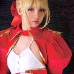 【ゲームコス】赤セイバーでみづなれいが敏感乳首を舐められて、熱い吐息を吐きながらカラダを震わせ感じまくる!