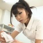 【看護士】美人ナースがチンポまでまじまじと見ながら拭いてくれるとフル勃起!