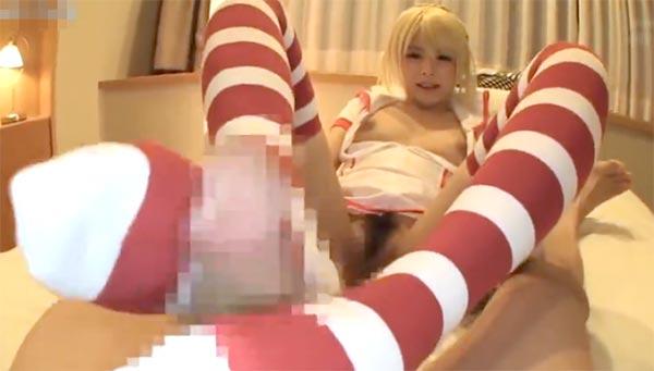 【コスプレイヤー】激カワレイヤーがニーソで足コキ!小悪魔な笑顔でシゴいてくれる!