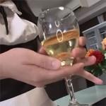 おしっこ飲みたいお客様にメイドがジョボジョボ小便!グラスに注いだから飲んでくださいね!