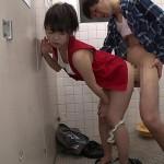 男子トイレに男装コスプレイヤーが乱入しお漏らししたのでそのまま便所でコスSEX!
